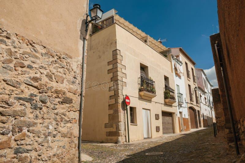 Steeg met oude huizen en geen ingangsverkeersteken in Caceres stock fotografie