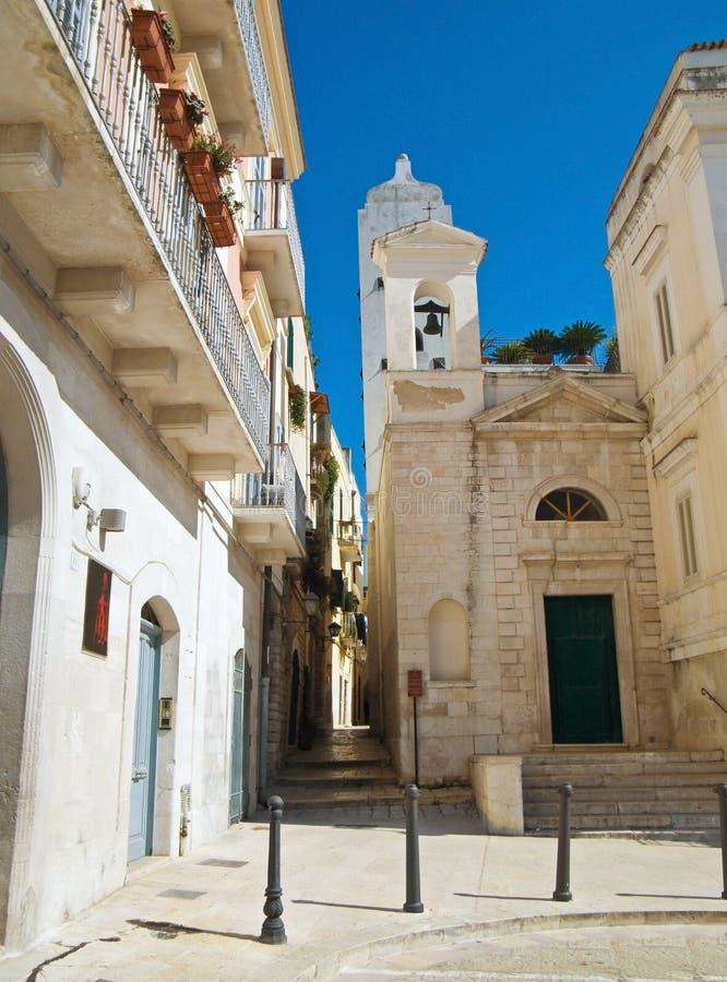 Steeg met St. Salvatore Church. Trani. Apulia. stock afbeeldingen