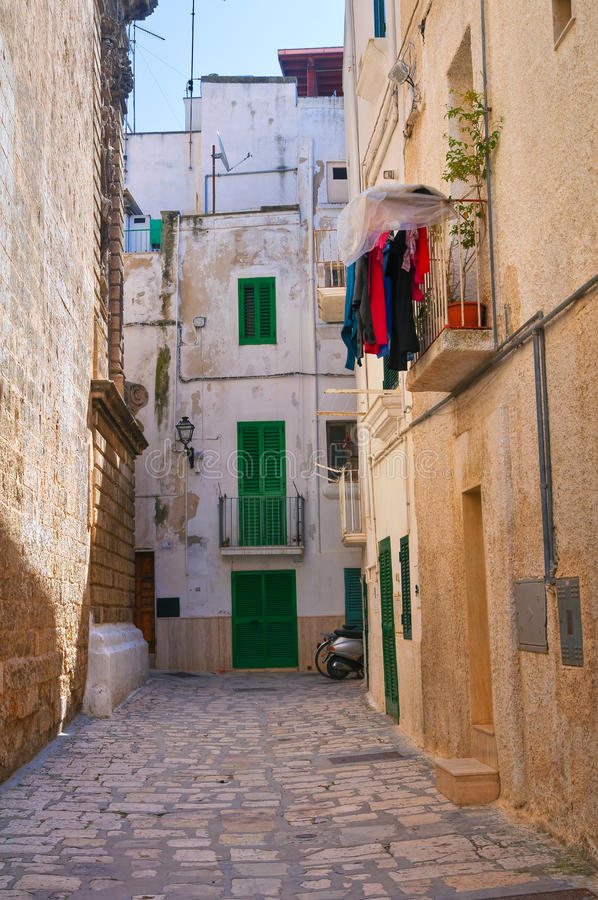 Download Steeg. Monopoli. Puglia. Italië. Stock Afbeelding - Afbeelding bestaande uit woon, deur: 39100521