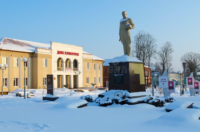 Steeg van Helden en Huis van Cultuur, de wintercityscape, Senno, het gebied van Vitebsk, Wit-Rusland royalty-vrije stock foto's