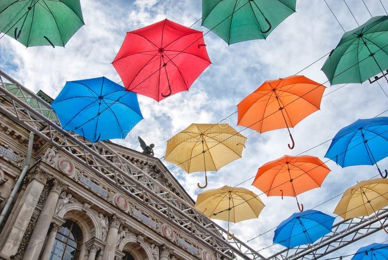 Steeg van stijgende paraplu's in St. Petersburg Rusland royalty-vrije stock afbeeldingen