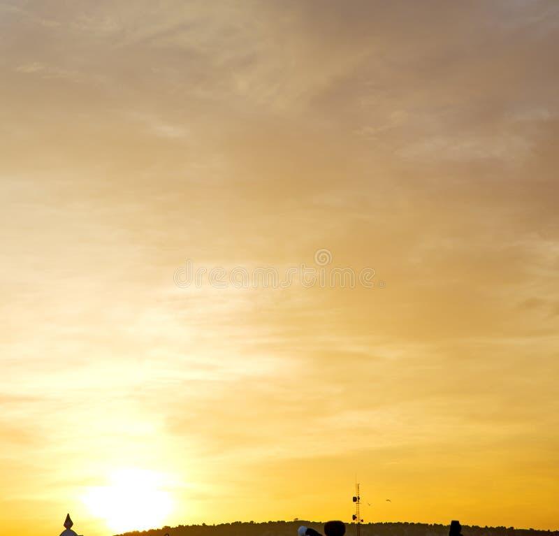 steek de zonsopgang in gekleurde hemel witte zachte wolken aan en abstrac royalty-vrije stock foto's