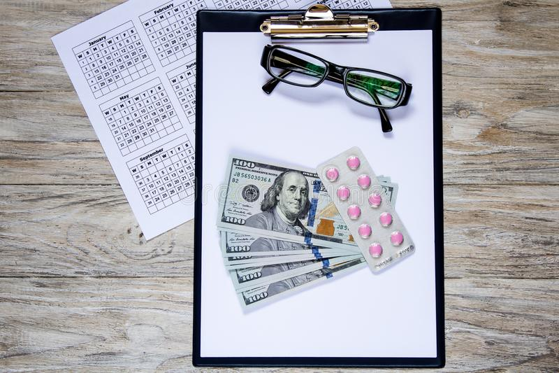 Steekpenning en gezondheid Kalmerende geneeskunde Bedrijfsvoorwerpen op de houten lijst royalty-vrije stock afbeelding