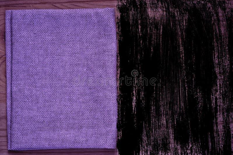 Steekproef van de Grunge de ultra purpere Prentbriefkaar, de oppervlakte van de linnenstof op houten lijst met vrije copyspace vo stock afbeelding