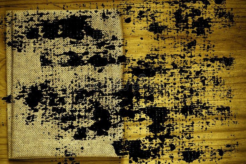 Steekproef van de Grunge de vuile ultra gele Prentbriefkaar, de oppervlakte van de linnenstof op houten lijst met vrije copyspace royalty-vrije stock afbeeldingen
