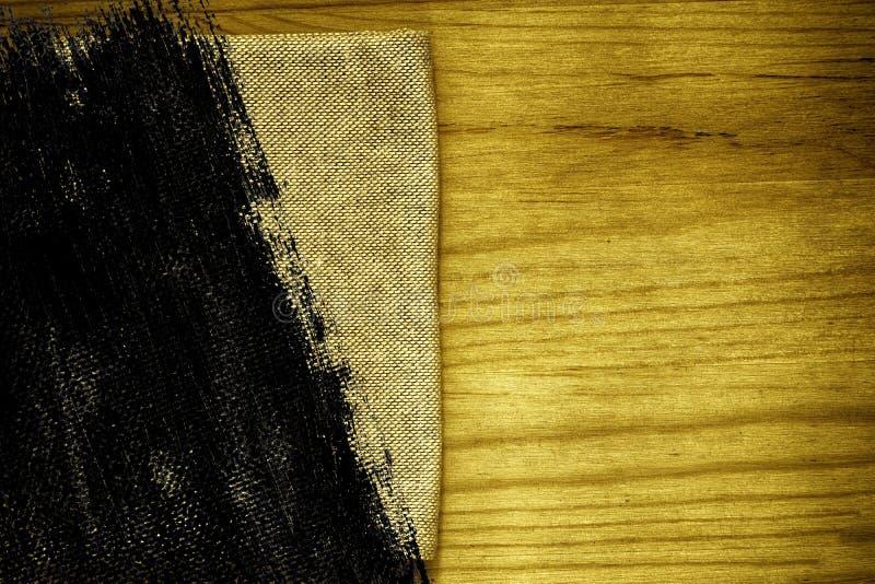 Steekproef van de Grunge de vuile ultra gele Prentbriefkaar, de oppervlakte van de linnenstof op houten lijst met vrije copyspace stock foto's