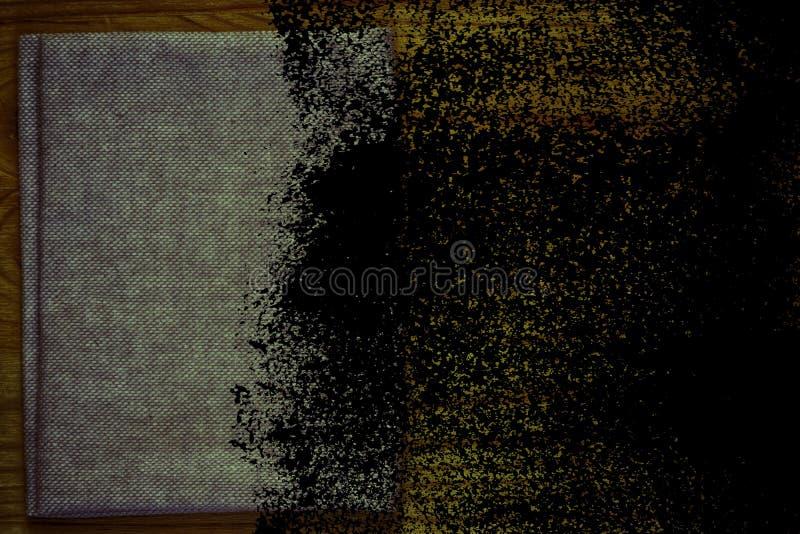 Steekproef van de Grunge de vuile Ultra oranje Prentbriefkaar, de oppervlakte van de linnenstof op houten lijst met vrije copyspa royalty-vrije stock fotografie