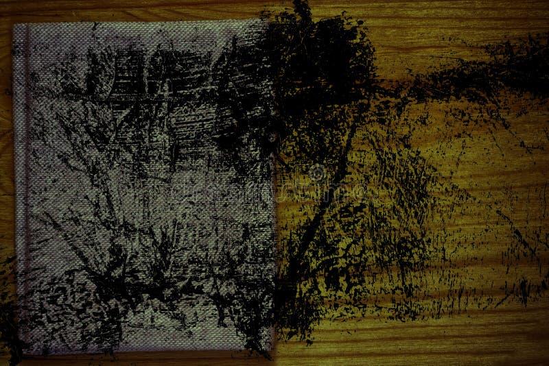 Steekproef van de Grunge de vuile Ultra oranje Prentbriefkaar, de oppervlakte van de linnenstof op houten lijst met vrije copyspa stock fotografie
