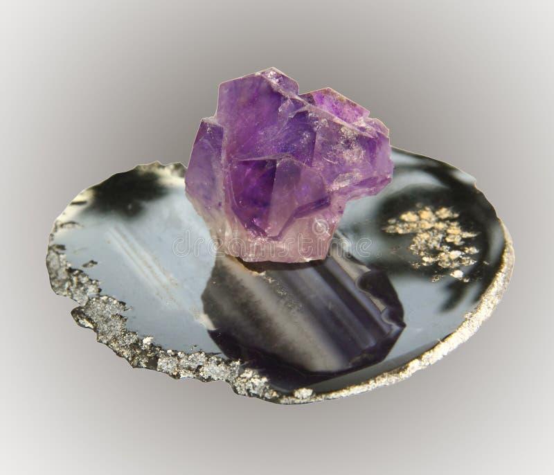 Steekproef van de violetkleurige het agaat kristalsteen op basis, stock afbeeldingen