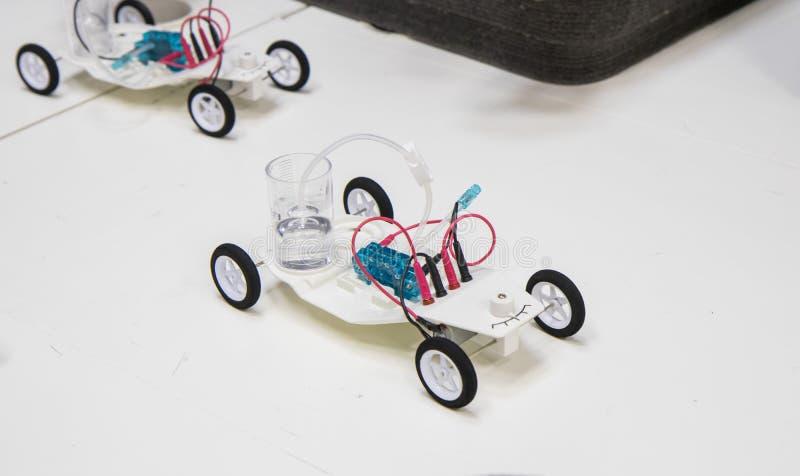Steekproef van het gebruiken van een waterstofmotor in een stuk speelgoed auto royalty-vrije stock afbeeldingen