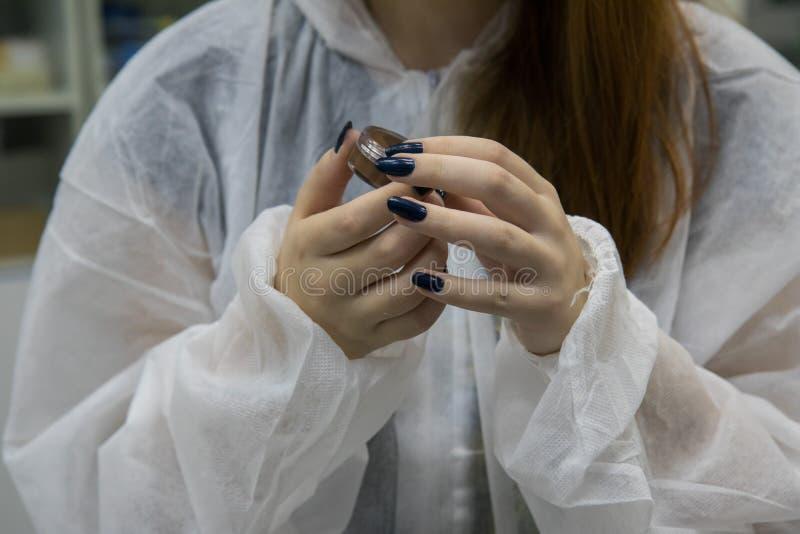 Steekproef van het werk proces in nanotechnologielaboratorium van kosmetische productie stock foto