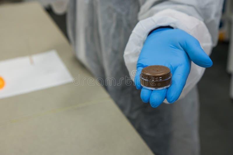 Steekproef van het werk proces in nanotechnologielaboratorium van kosmetische productie stock afbeelding