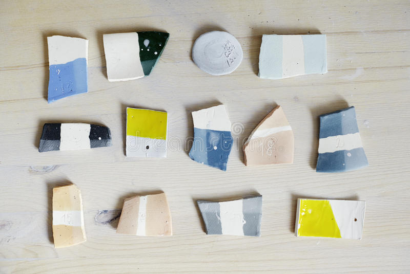 Steekproeven van gekleurd email voor kleurenkeramiek, ceramisch het werk proces in studio royalty-vrije stock foto's