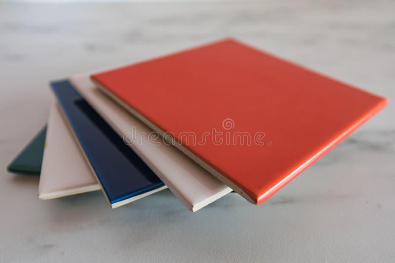 Steekproeven van kleurrijke die tegels op een marmeren plaat worden voorgesteld royalty-vrije stock fotografie