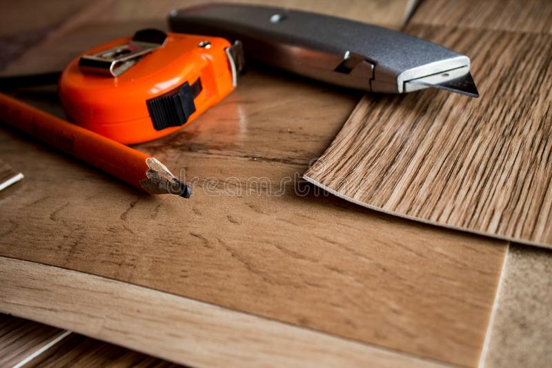 Steekproeven van linoleum Het snijden en het leggen van vloerbedekkingen stock foto's