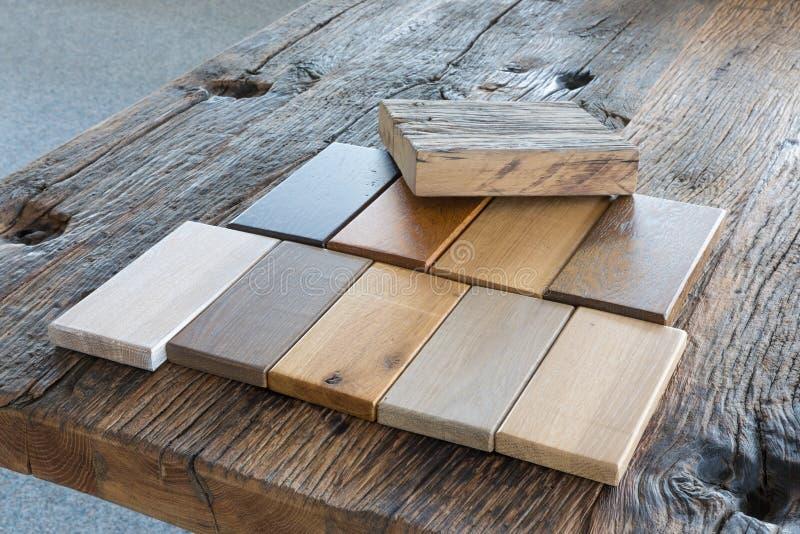 Steekproeven van verschillende soorten hout in een meubilairwinkel royalty-vrije stock foto