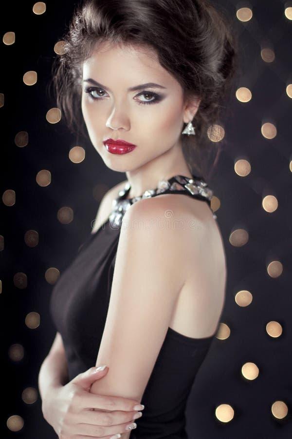 Steekt het Donkerbruine het Meisjesmodel van Glam van de manierschoonheid over bokeh backgr aan royalty-vrije stock foto