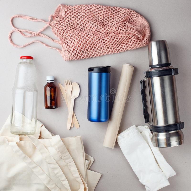 设置为自由塑料购物和包装-棉花袋子和玻璃雀鳝,纸,steelness瓶 零的废物现代时髦概念 免版税库存照片