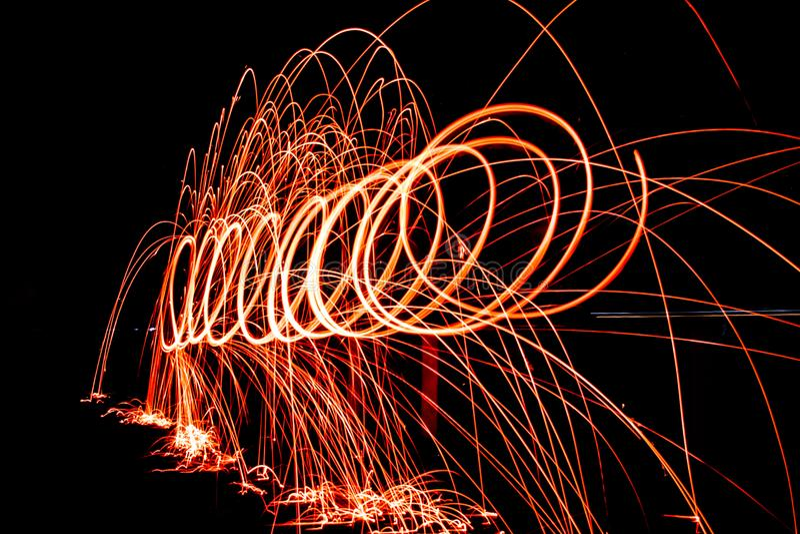 Steelwool gör fyrverkerier i midnatt royaltyfri fotografi