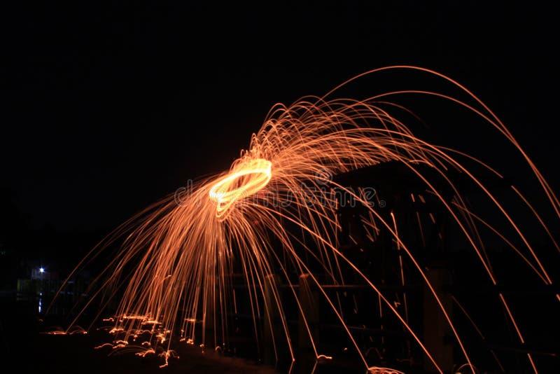 Steelwool gör fyrverkerier i midnatt arkivfoton