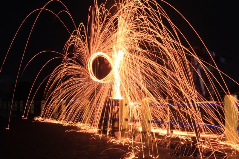 Steelwool gör fyrverkerier i midnatt royaltyfria bilder