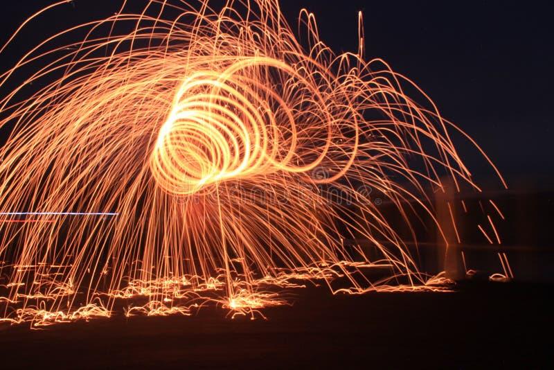 Steelwool gör fyrverkerier i midnatt royaltyfri bild