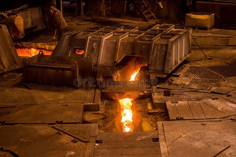 Steelworker nära en tryckvågpanna fotografering för bildbyråer