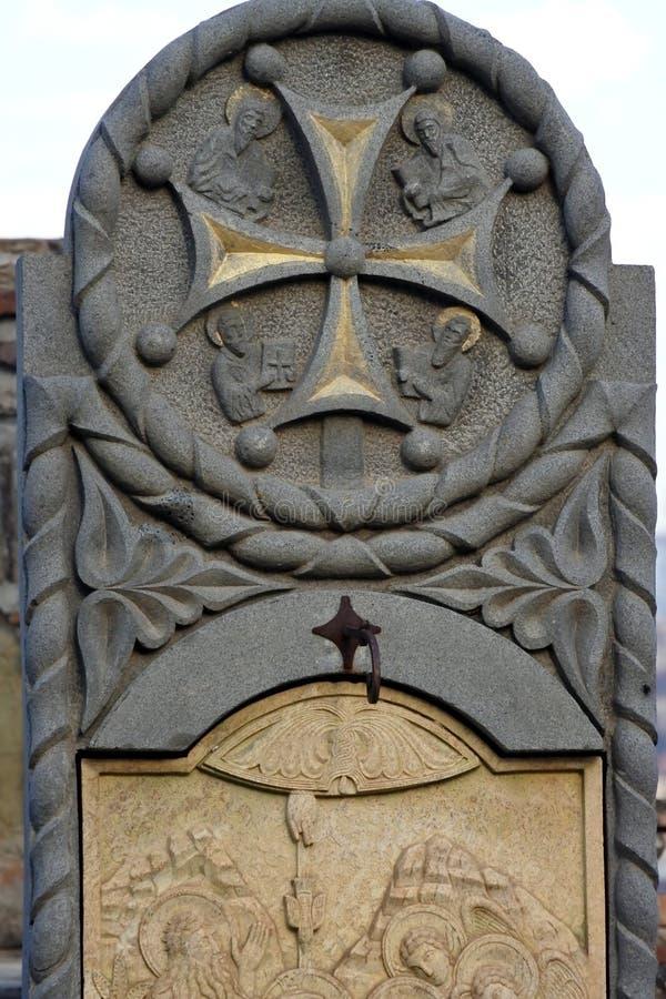 Steen bas-hulp dichtbij de Kerk van Sinterklaas in Narikala-vesting royalty-vrije stock afbeelding