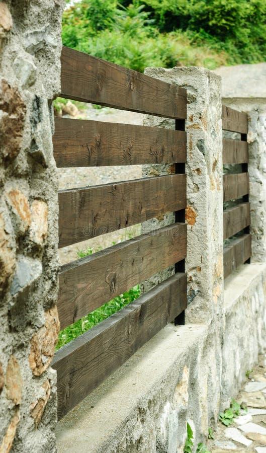 Steen en houten raadsomheining stock foto afbeelding 55842215 - Scheiding houten ...
