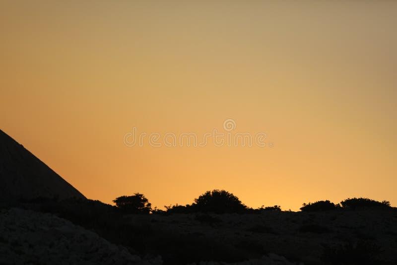 Steen gele zonsondergang in de rotsen van Adriatische overzees royalty-vrije stock foto