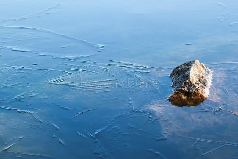 Steen in het ijs stock afbeelding