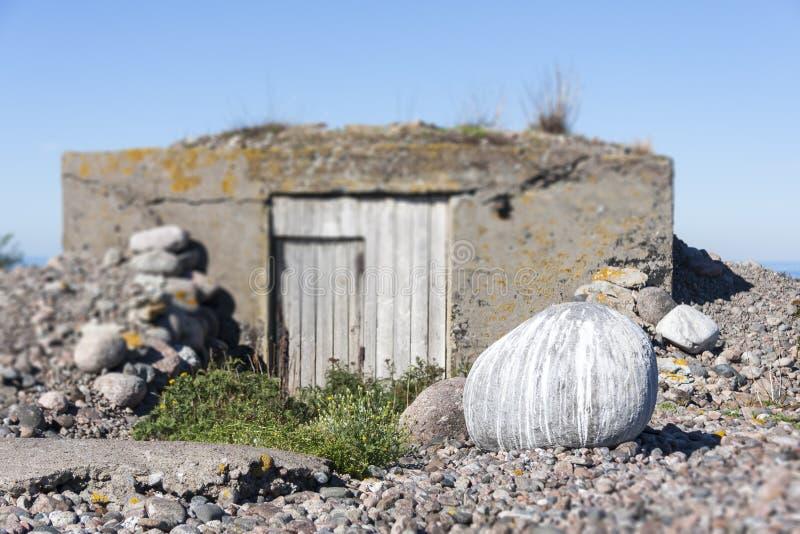 Steen met vogelskruk die wordt behandeld stock afbeelding