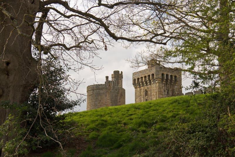 Steen middeleeuws kasteel achter een heuvel stock afbeeldingen