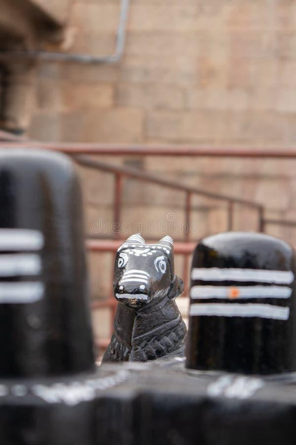 Steen Shiva Linga en Nandi-het verkopen van godssculpure aan de wegkant van Hampi, India royalty-vrije stock foto