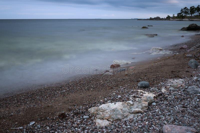 Steenachtig strand royalty-vrije stock afbeeldingen