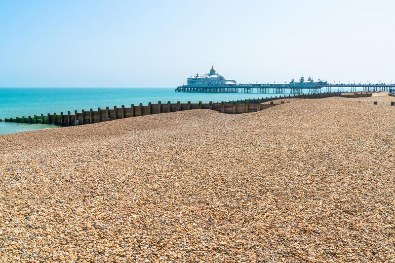 Steenachtig strand in Eastbourne, Oost-Sussex stock foto