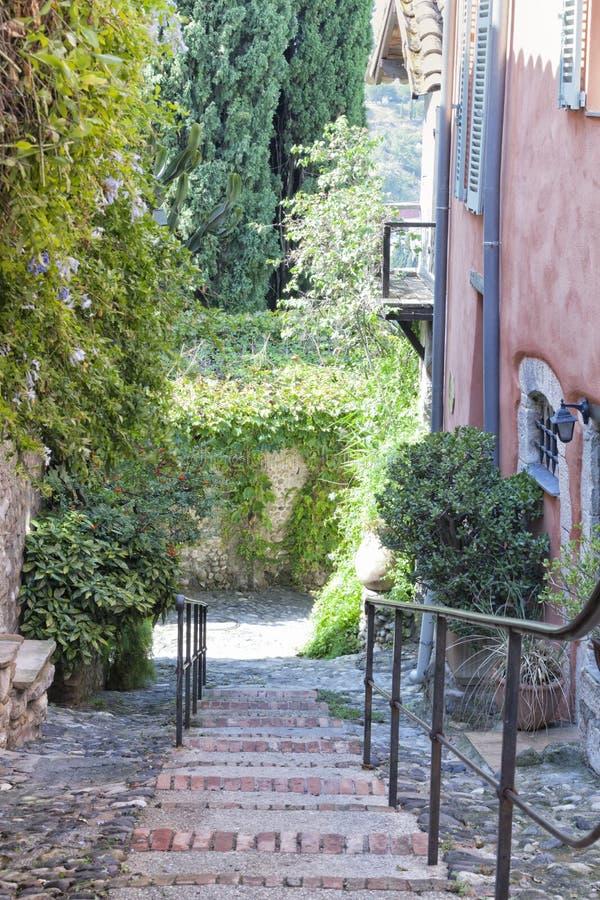 Steenachtige Gang in smalle straat in oude Franse stad stock foto's