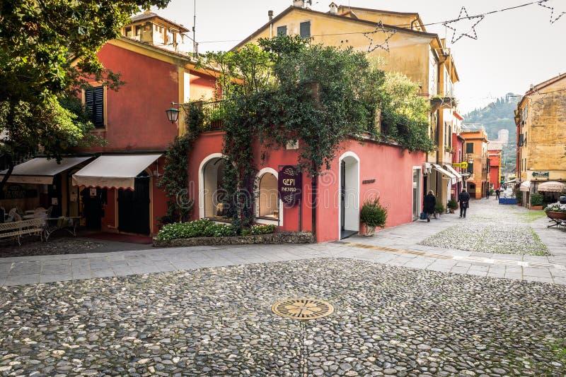 Steenachtige straat met mooie koffie bij Portofino-stad, Ligurië, Italië stock afbeeldingen