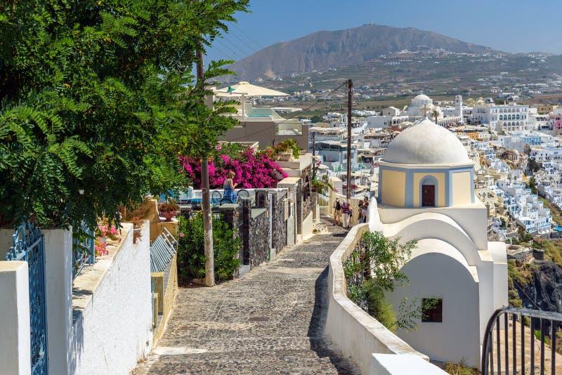 Steenachtige weg aan Thira-stad onder kerken en traditionele huizen op Santorini-eiland, Griekenland stock foto's