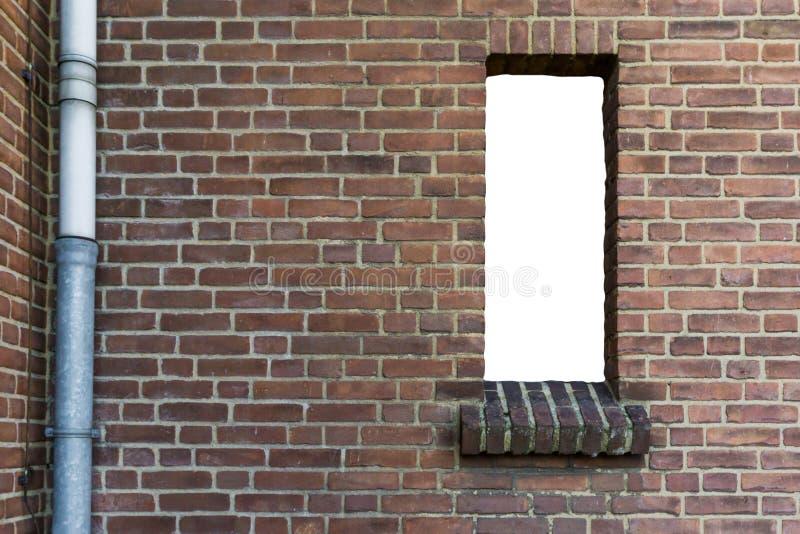 Steenbakstenen muur met een verwijderd open leeg die venster met witte textuurachtergrond wordt geïsoleerd stock afbeeldingen