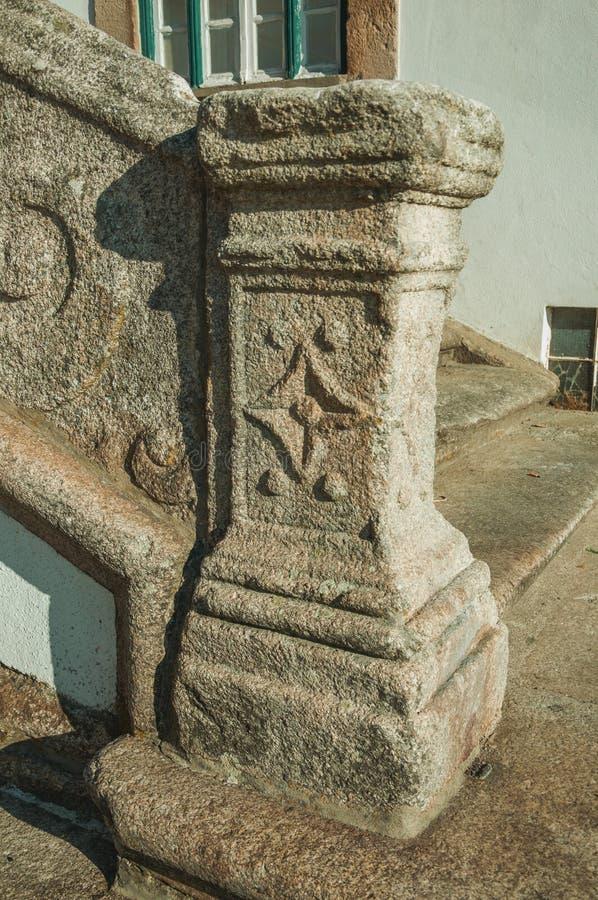 Steenbaluster met gesneden decoratie in Guarda stock afbeelding