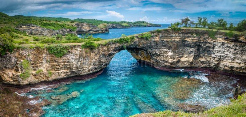 Steenboog over het overzees Gebroken strand, Nusa Penida, Indonesië royalty-vrije stock foto's