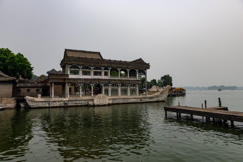 Steenboot bij simmerpalace in Peking China stock afbeelding