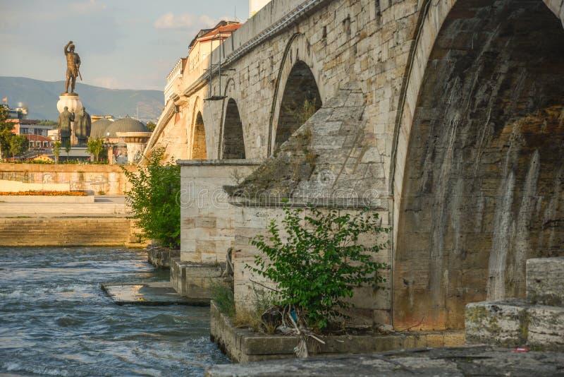 Steenbrug, close-upmening van onderaan, Skopje, Macedonië stock afbeeldingen