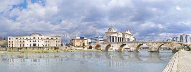 Steenbrug en Vardar-rivier in Skopje, Macedonië royalty-vrije stock fotografie