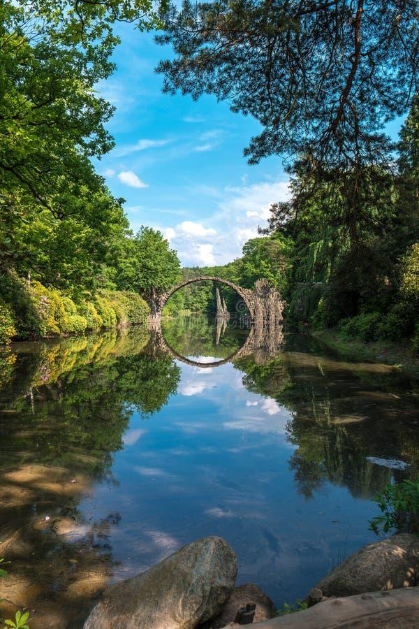 Steenbrug in kromlauerpark stock afbeelding