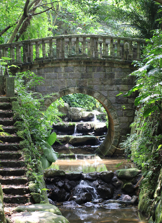 Steenbrug op de stroom stock foto's