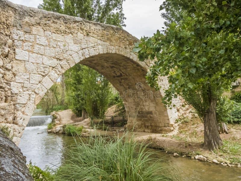 Steenbrug van een dorp in Spanje royalty-vrije stock afbeelding
