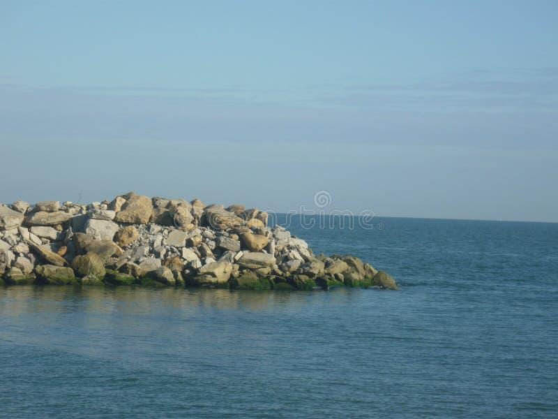 Steendijk op de kust van het Kaspische Overzees royalty-vrije stock afbeeldingen