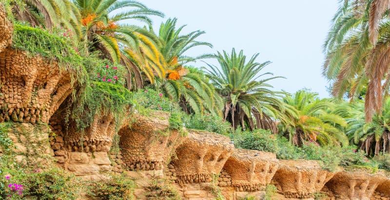 Steengalerij in het park Guell in Barcelona - Spanje stock foto's